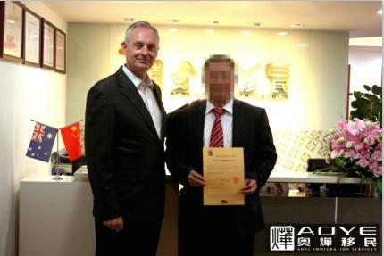 何杰(Jay Haugh)先生此次中国之行,不仅带来了维州地区关于澳洲500万移民项目最新、最权威的官方信息,最重要的是,何杰(Jay Haugh)处长在奥烨移民为符合资格的客户当场签发了州担保预批函,这将直接加快移民申请进度。