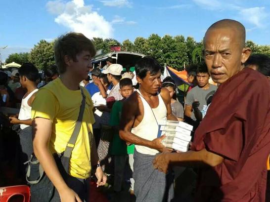 中国企业献爱缅甸洪灾_品胜捐赠移动电源