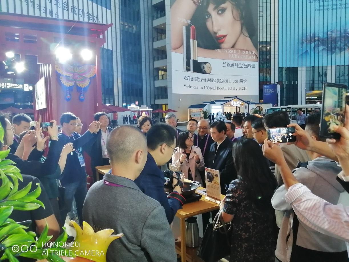 2019中国国际进口博览会商务部部长钟山视察宏济堂制药展位
