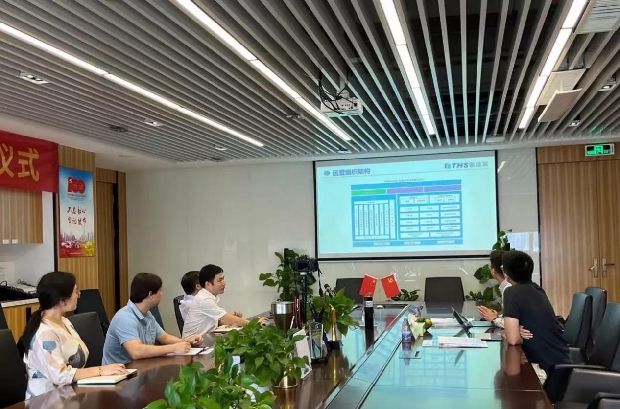 出席签约仪式的中望软件与斯维尔代表在交流互动
